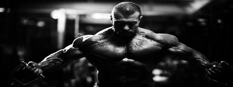 homme-pratiquant-un-exercice-intense-pour-maintenir-son-equilibre-hormonal