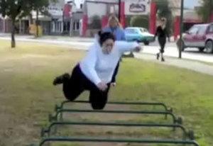 femme-pratiquant-du-street-workout-calisthenics