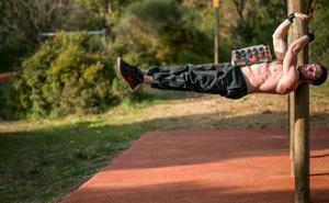 hommr-pratiquant-de-street-workout-ou-calisthenics