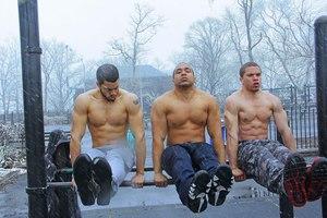 trois-hommes-pratqiuant-du-street-workout-calisthenics-en-hiver
