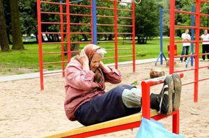 vieille-femme-pratiquant-du-street-workout-calisthenics